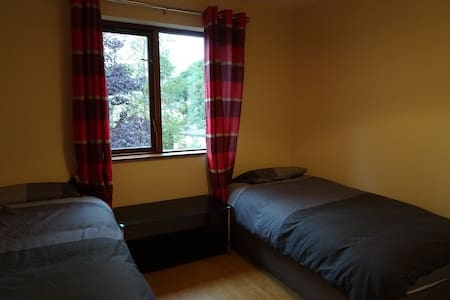 Town House: Twin Room w/ Shared Bathroom - Manorhamilton - Aamiaismajoitus
