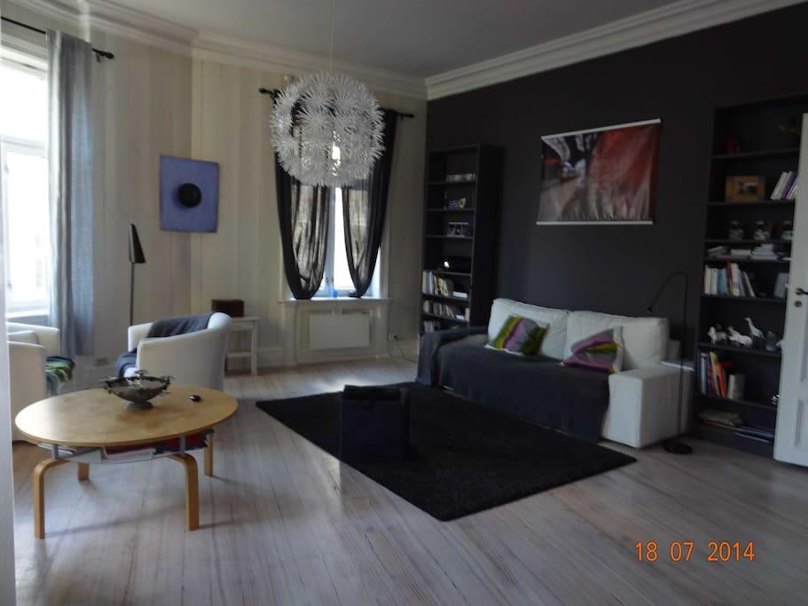 luminous living room with 3 windows