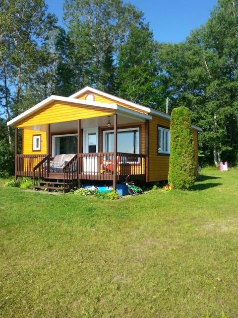 Renoveret og fuldt udstyret hytte ved vandet!