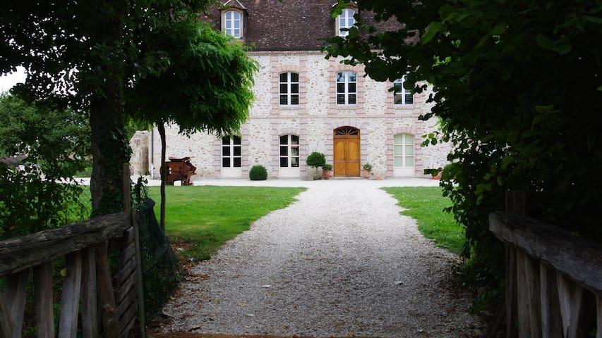 LE CHATEAU DE MON PERE  - Villiers-aux-Corneilles - Hus