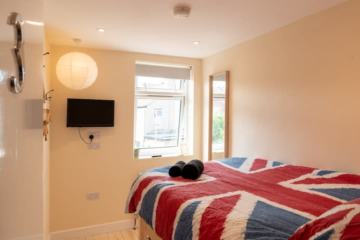 Modern Double Bedroom, close to Train station (3)