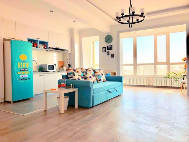 超级宽敞的客厅只属于你一个人