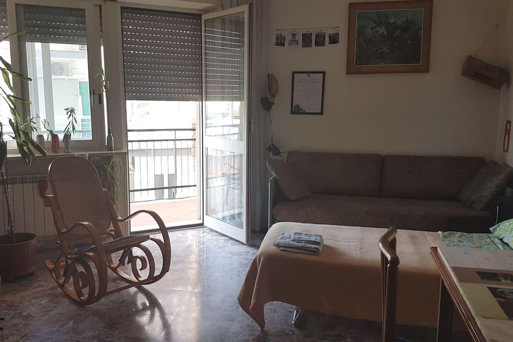 La stanza. The bedroom.