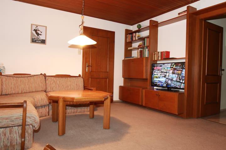 Zweites gemütliches und großes Wohnzimmer im 2.OG mit Zugang zur angrenzenden Küche, SMART TV (mit netflix, amazon und youtube) und Zugang zum Schlafzimmer 4.  big and cozy living-room on the 2nd floor with smart TV (netflix, amazon, youtube access)