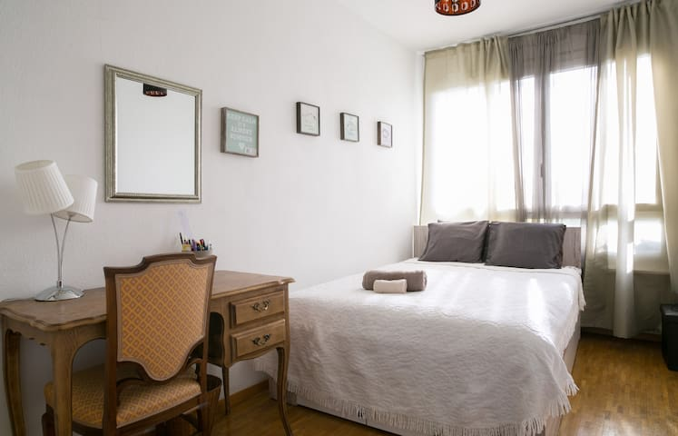 Belle chambre lumineuse - Lancy - Wohnung