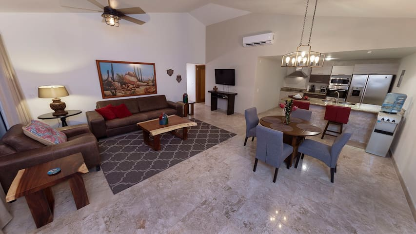 Penthouse with elevators- quick walk - town/marina