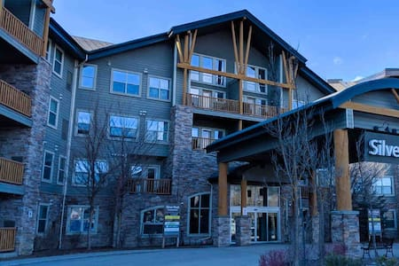 Pool,Hotub,Gym,UG Parking,Cozy Condo @ SilverRock