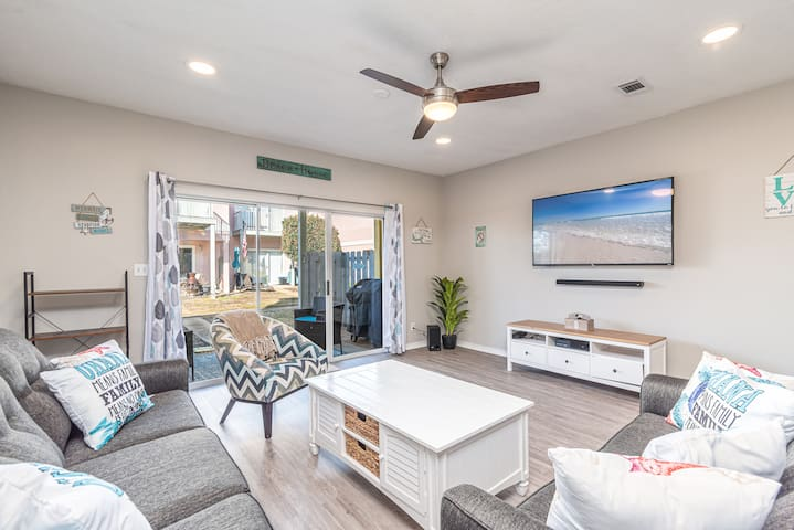 A GEM W/POOL, 5m walk to beach and outlets! 65