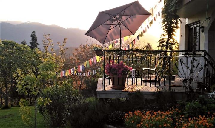 Una casa con vistas al mar y la montaña en Amoroto