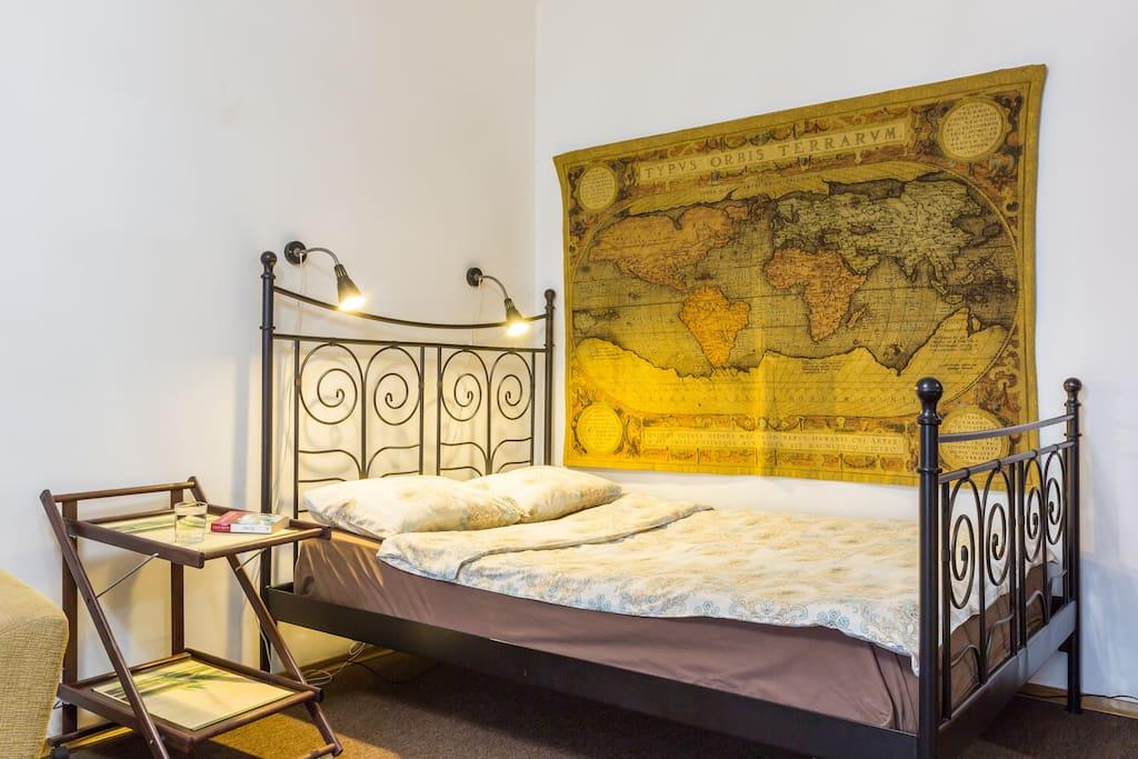 На ковре изображена карта мира