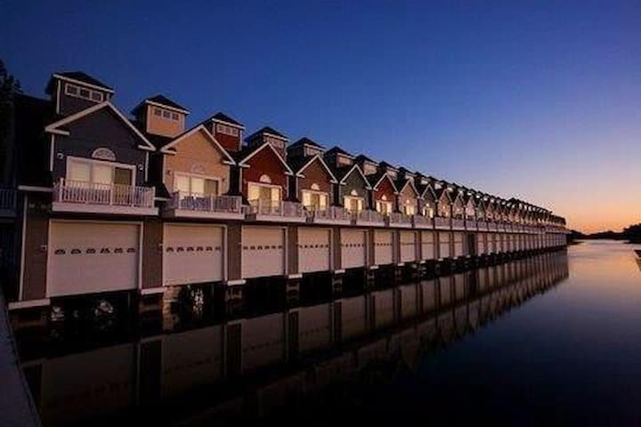 Beautiful 1000 Islands Boathouse Condo