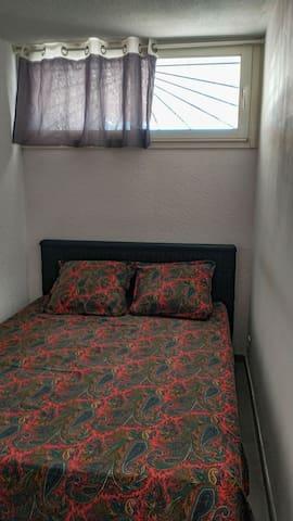 Chambrette lit 140x200 matelas neuf épaisseur 21cms Fenêtre coulissante donnant sur la terrasse 20cms de chaque côté du lit pour passer.