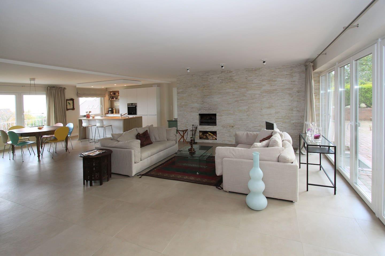 Wohnzimmer mit Fußbodenheizung, Kamin, Terrassenzugang und Ostseeblick