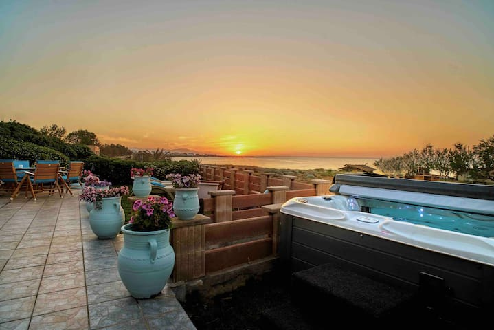 Corali House,BeachFront,Jacuzzi,8BD,2BA,BBQ,Garden