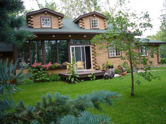 Serene Lodge in Woods 45Min to Winnipeg or Lakes