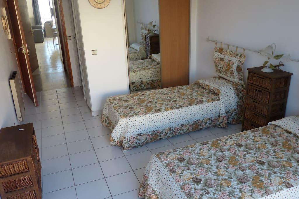 Chambre2 avec  2 lits en 90 grande penderie balcon terrasse