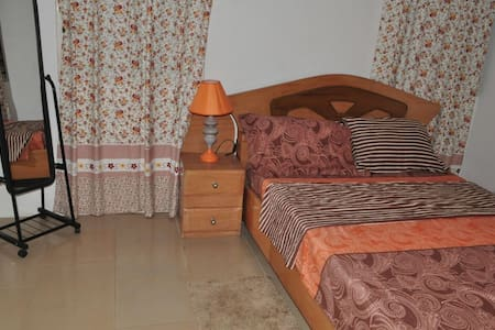 Porche Accents. A cozy 2 BD apt in Accra made - Accra - Apartment