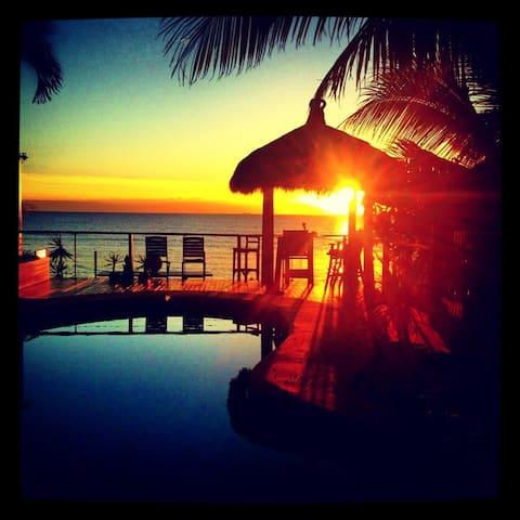 MYLARA BEACH FRONT-4 night Min Stay - Holloways Beach - Huis