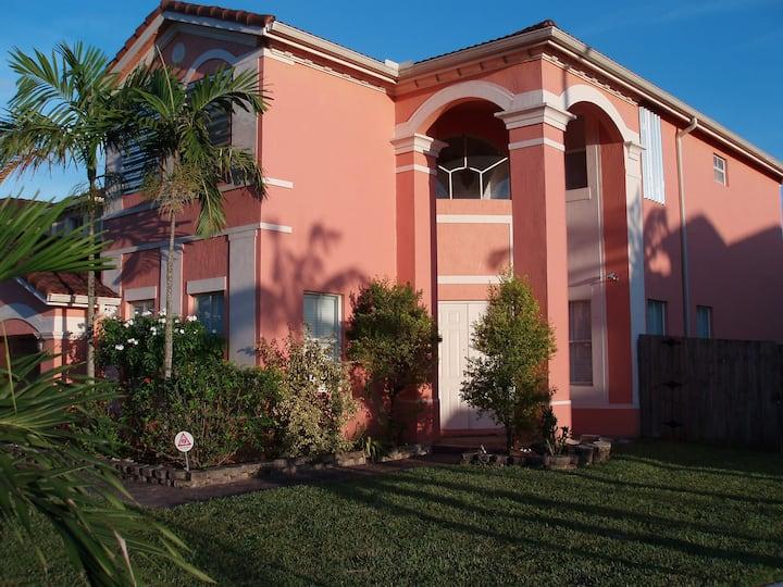 Private room, bath, entrance,  and POOL in Miami