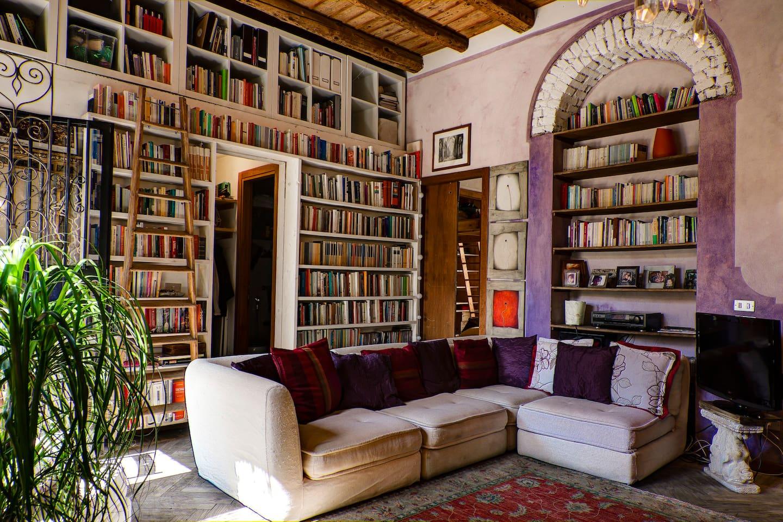 soggiorno con librerie