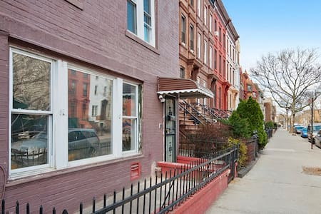 Landmark Cottage, Brownstone block - Brooklyn - House