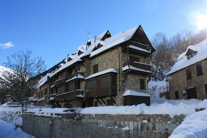 1 bedroom apartment near ski - 2 adults (+1 child)