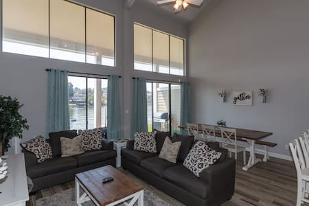 Luxury Waterfront/Conroe- 3BR/2.5 bath-Sleeps 11!!