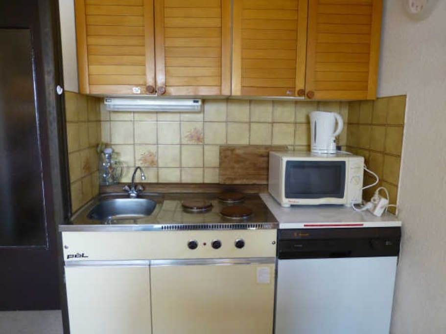 Your American kitchen with oven, dish-washer, fridge, three hotplates,..