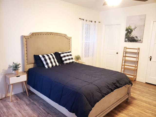 **5 Min Walk To The Grove! Newly Remodeled Studio!