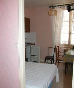 studio avec un cabinet de toilette - Néris-les-Bains - Apartment