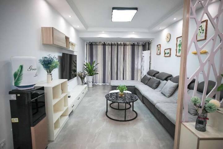 """""""Sun's home""""桂林北站旁,180㎡复式楼,大露台,双客厅,房间私密,近万达、沃尔玛、恒大"""
