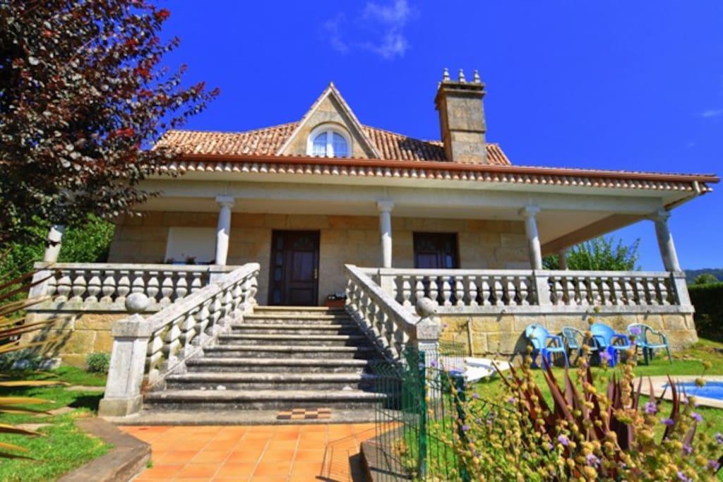 Chalet con piscina y jardin privado casas en alquiler en for Casas con piscina en galicia