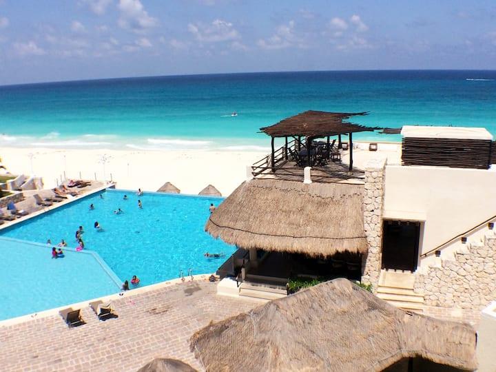 Luxury Beachfront Suite w terrace  in Hotel Zone!