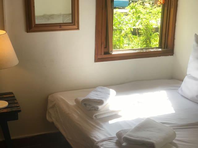 חדר זוגי עם מיטה זוגית קטנה ועם נוף לחצר חדר קטן ומקסים❤️
