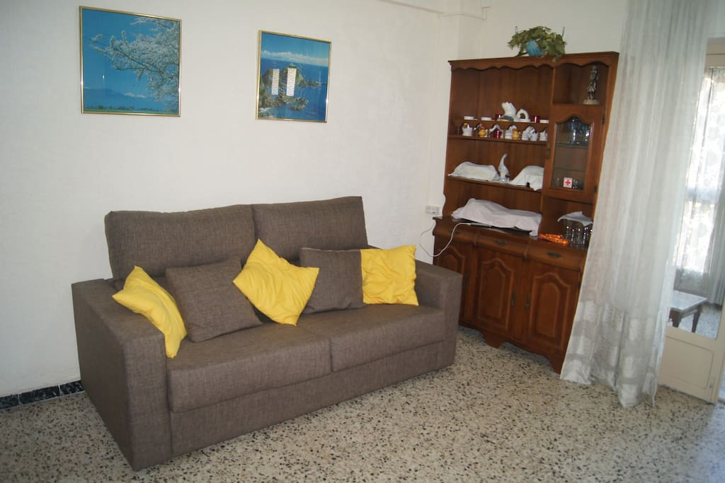 Двуспальный диван в салоне