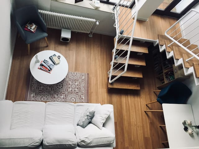 Blick auf das Wohnzimmer von der zweiten Etage aus