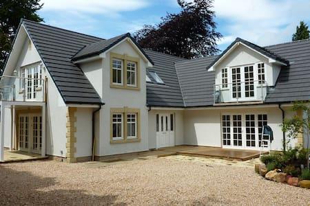 Large Suite in prestigous home ! - Dullatur