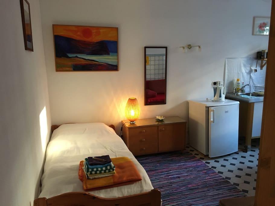 Bett und Küchenzeile