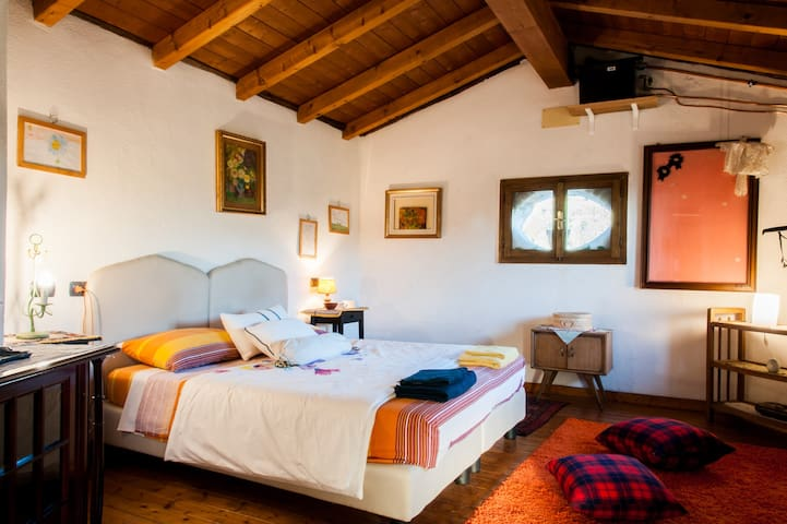 Double room Romantica stone farmhouse in the woods