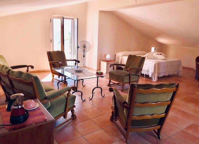 Camera da letto al 2º piano composta da un letto matrimoniale, due letti singoli e zona relax. Vi è un bagno privato.