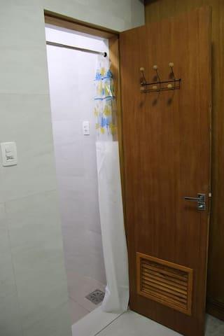 Porta do quarto de banho - ambiente indepenente do lavabo