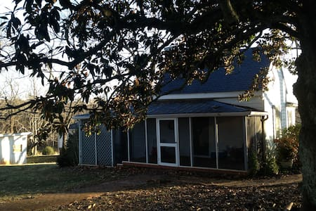 Charming! A lovely cottage resting under 200 ft Magnolia with screened porch, large living room, eat in kitchen, bath with tub and shower. There are horse paddocks just outside your bedroom window. Near Monticello, UVA, Wineries and more.