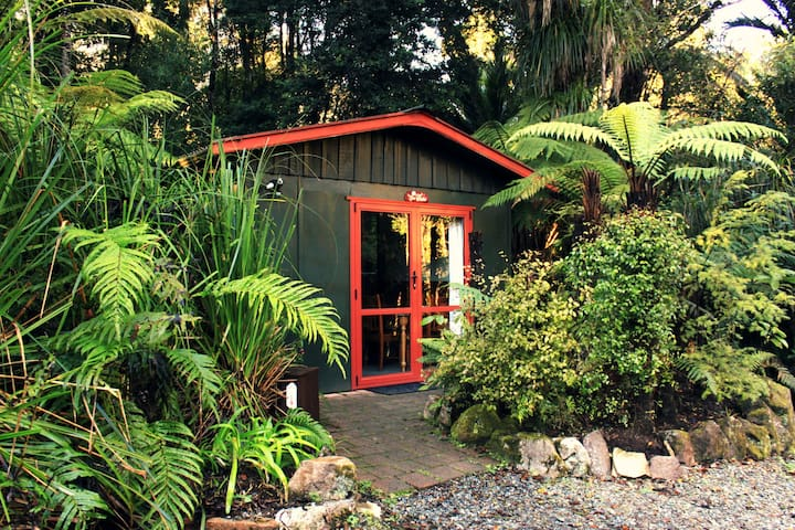 Tui Cottage nestled in the forest - Punakaiki - Houten huisje