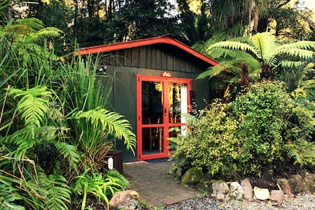 Tui Cottage nestled in the forest - Punakaiki - Stuga