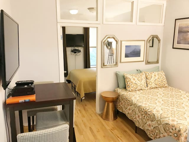 5 min walk to Times Square! Sleeps 4!