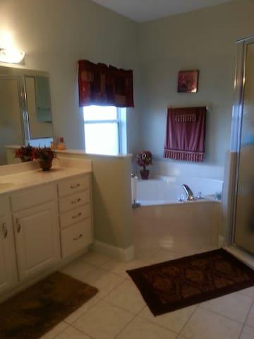 Beautiful Falcon 1 Bedroom Home  - Williston - Hus