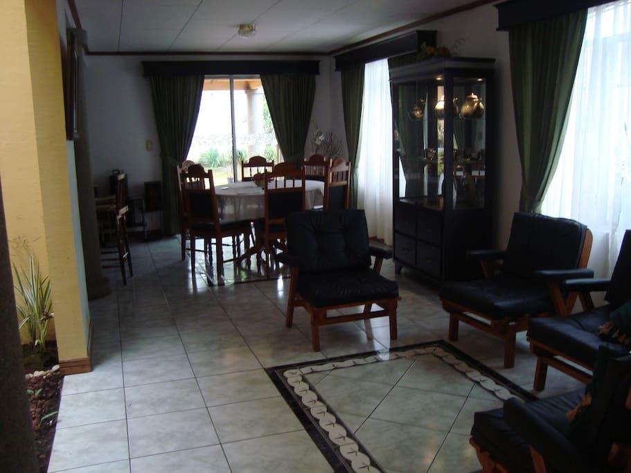 Amplia sala, comedor con salida a la terraza, patio y área de fumado.