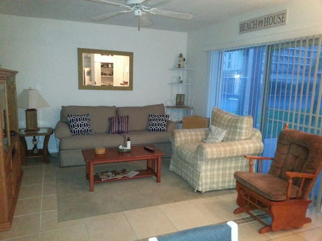 Quaint 2 BR Condo Cocoa Beach, FL - Cocoa Beach - Appartement