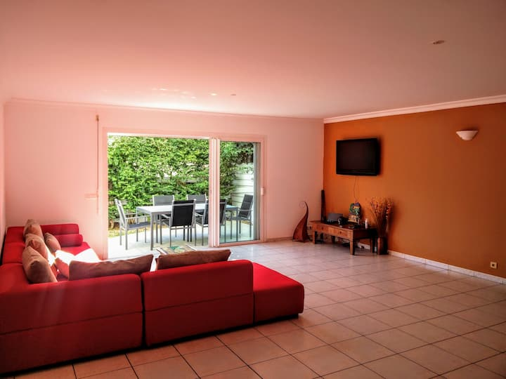 Bedroom in large apartment, Garden 200m from sea B