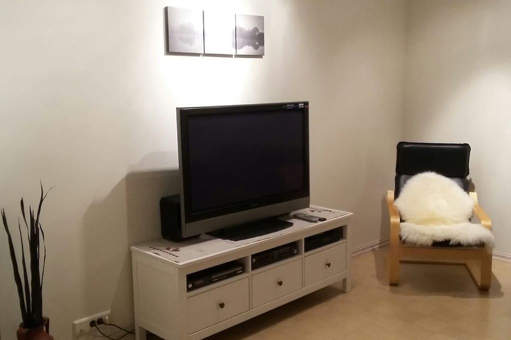 Living room. 42'' TV. Stereo.